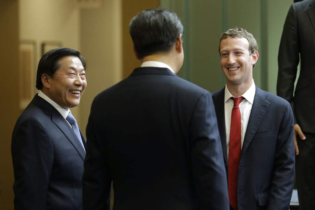 Facebook 承認多年來與至少四間中國電子企業分享部分用戶資訊,包括被認為與中國官方關係密切的華為。據《紐約時報》指,Facebook 近年尋求進入中國大陸市場,其中創辦人兼行政總裁朱克伯格(Mark Zuckerberg)試圖與中國國家主席習近平建立關係;圖為2015年9月,朱克伯格與習近平(背對鏡頭者)在華盛頓碰面。 攝:Ted S. Warren/Pool via Getty Images