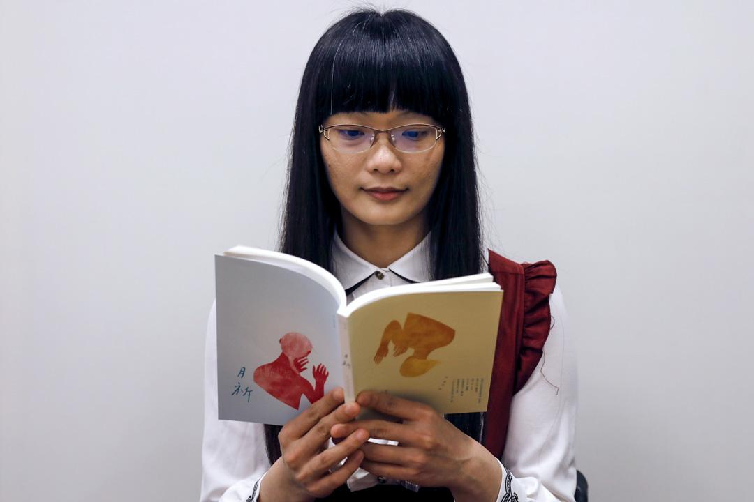 《月祈》的作者月小伊自稱是泛性戀,為了愛情,不受生理和社會性別侷限,她深受動畫、漫畫與遊戲(ACG)的影響,平常也會以其中的角色Cosplay現身。