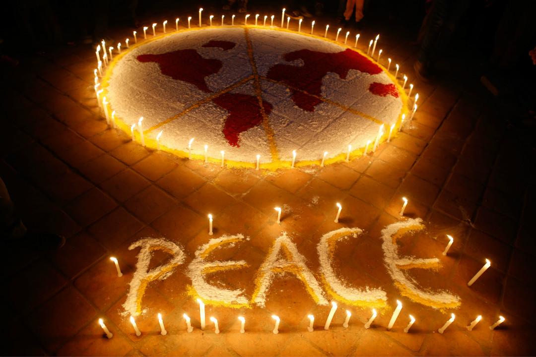 2015年11月30日,尼泊爾加德滿都民眾點燃蠟燭,呼籲和平。 攝:Sunil Pradhan/Getty Images