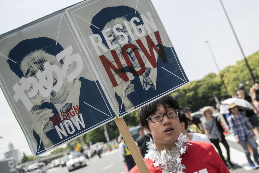 2018年5月1日,東京約萬名工人請願呼籲改善工人的權利和要求首相安倍晉三辭職。