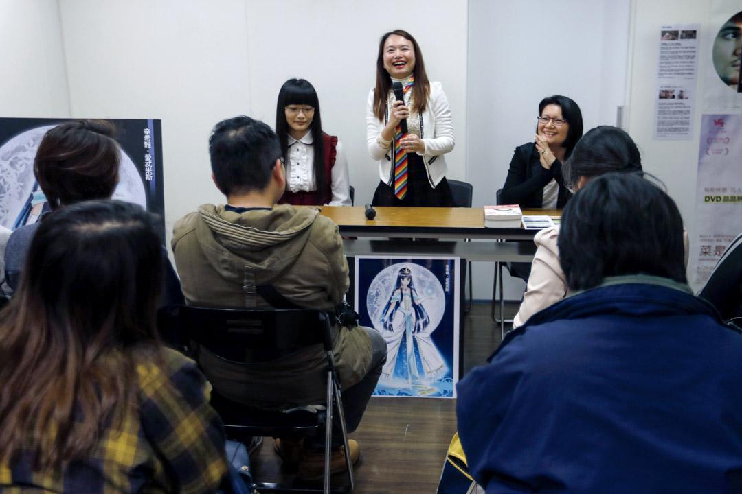 2018年3月,「集合出版社」在台北知名的彩虹據點「晶晶書庫」舉辦了一場新書發表會,社長林寒玉特別打上一條彩虹領帶,引領讀者書迷入座,《相逢有時》作者YANG  與《月祈》月小伊現身和讀者交流創作心得。