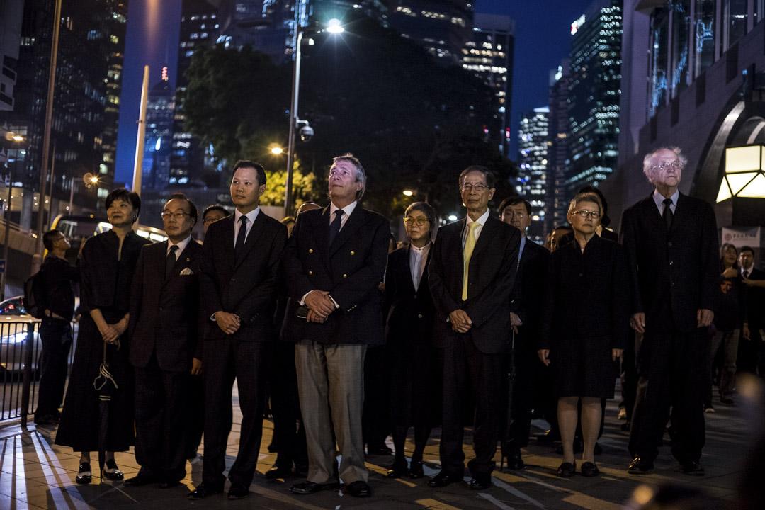 2016年11月8日,香港法律界發起黑衣靜默遊行,抗議人大常委就基本法104條釋法,約三千名法律界人士出席。