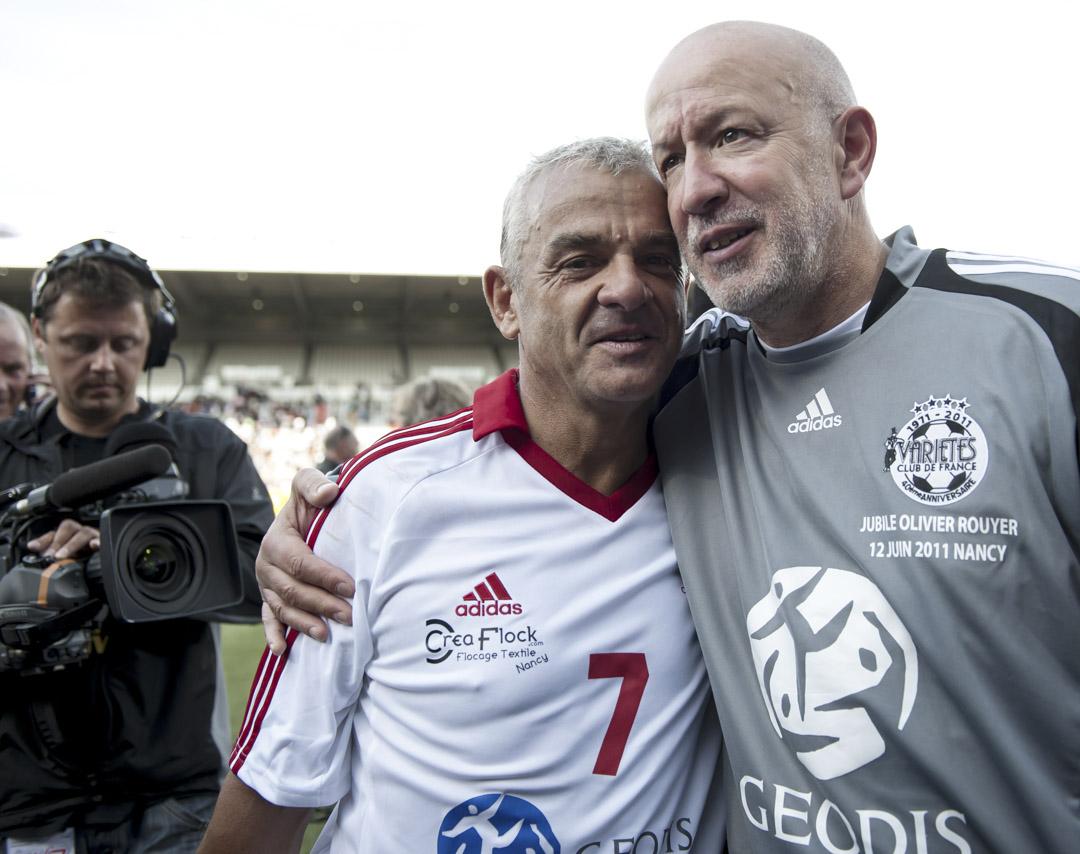 63歲的奧利弗·華耶(Olivier Rouyer)是法國至今唯一一位公開出櫃的職業足球運動員。華耶曾17次入選國家隊,他在2008年公開自己的同性戀身份時,離退役已有二十年。圖為2011年他在法國南錫足球俱樂部一場觀摩比賽上出場比賽。