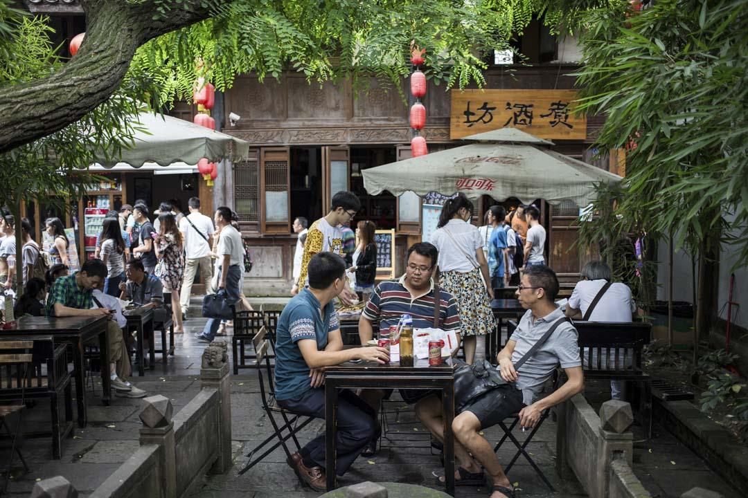 成都地處中國大陸西南的成都平原,是四川省的省會。在國家層面上,成都是九個國家中心城市之一,也就是在綜合實力最強的九大中國城市之一。同時,這座城市的人們以「慢節奏、愛享受」聞名,街邊隨處可見茶席和麻將桌,火鍋店通宵營業,生活愜意又火熱。