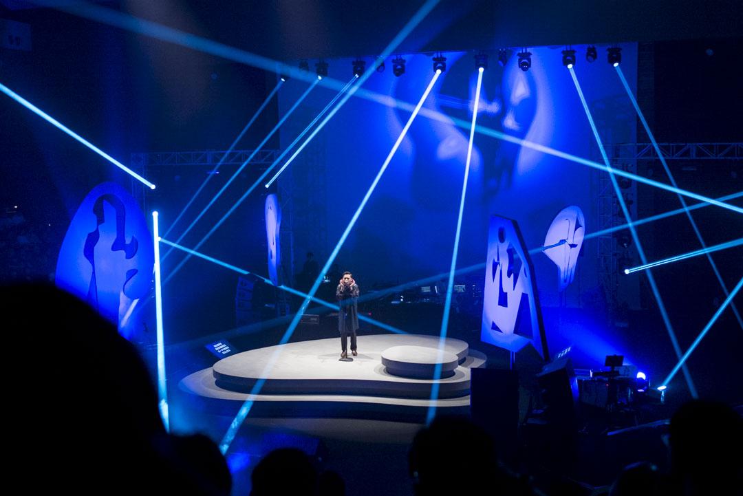 明曲晚唱音樂會的舞台上,懸掛著四個惡夢牆紙系列的巨型雕塑,射燈穿透而過,轉換的陰影打在牆身,或觀眾的臉上,似懂非懂。