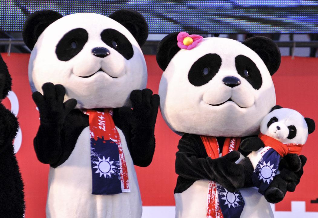 因為在台灣的法律體系下,中國人民不是單純的「外國人」。即使《難民法》立法完成,他們也不適用,而要訴諸《兩岸人民關係條例》的規定。圖為2014年1月1日,在台北總統府廣場舉行的慶祝活動,期間出現的人扮大熊貓。