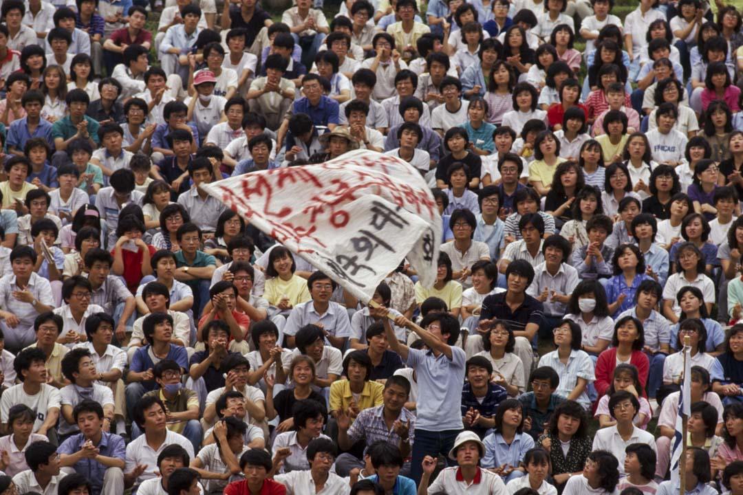 南韓於80年代發生的一系列民主運動,因為衛星電視的出現,台灣和中國的學生又模仿了南韓的學生運動和民主化運動。圖為1987年的南韓學生運動。