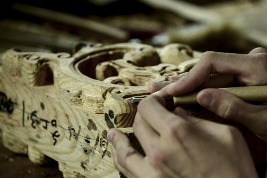 秦同千的古建築倉庫裏,現在仍有幾十位工匠。工匠的工作,除了拆和搭之外,還要為建築補上腐爛破碎的構件,比如一對雕花壞了其中一個,那就要照模樣雕刻一個新的,補上去。