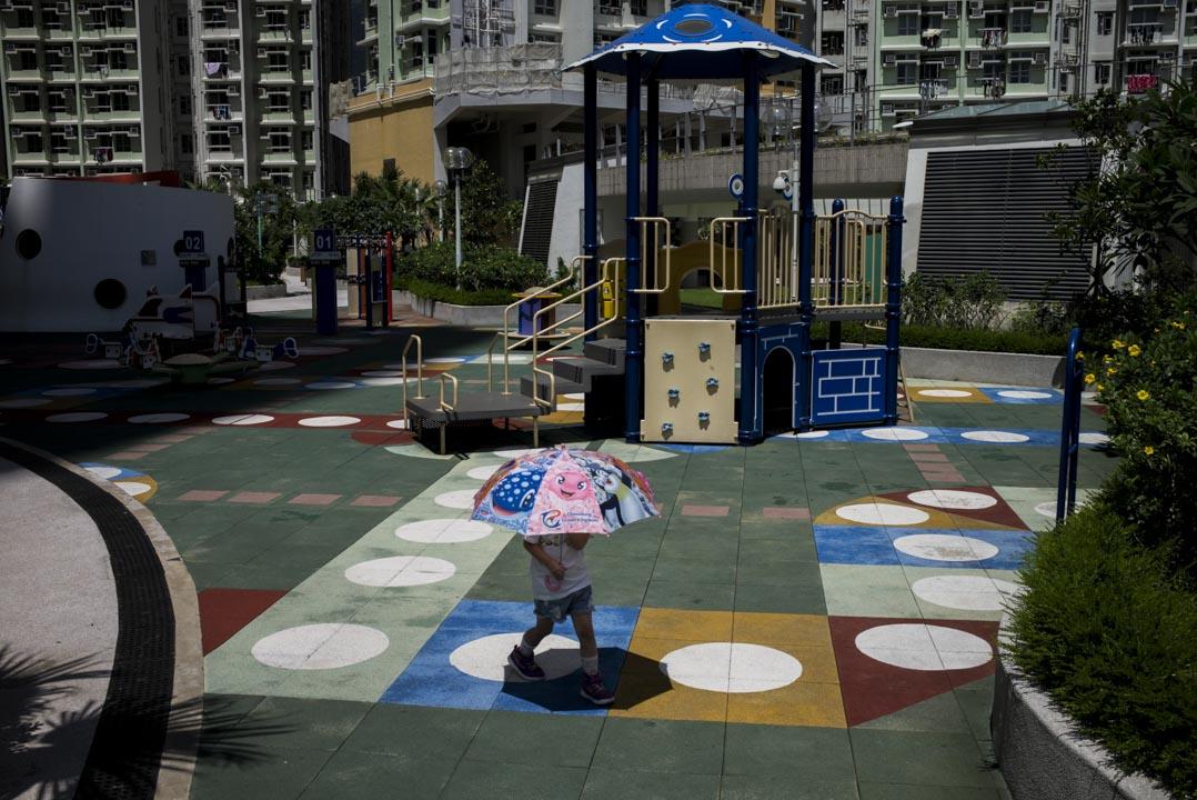 啟德曾經是香港舊機場,現在被規劃為容納13萬人口的市區新發展區。2013年兩座公共屋邨啟晴邨及德朗邨先後落成,共住了3萬多居民。