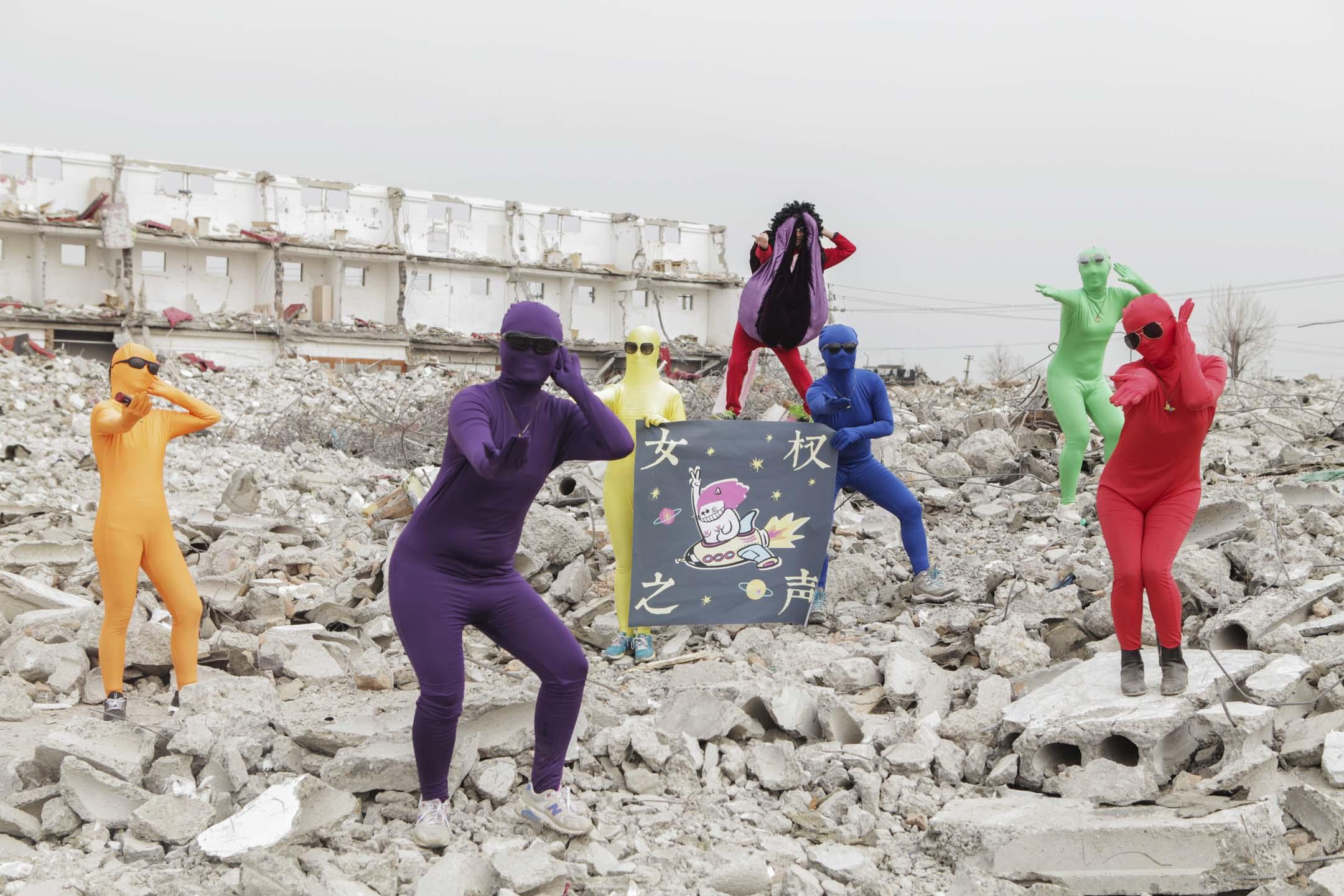 2018年3月16日,「女聲」被封的第七天,北京的幾個女權主義者給「女聲」做了一個別開生面的葬禮。在北京城郊的廢墟上,女權主義者們換上了借來的彩虹色連體衣,帶上墨鏡,盡情地在荒涼中舞動身體。「女聲頭七,墳頭蹦迪」是她們為這次行為藝術起的名字。 圖片來源:鄒藴蒐集提供