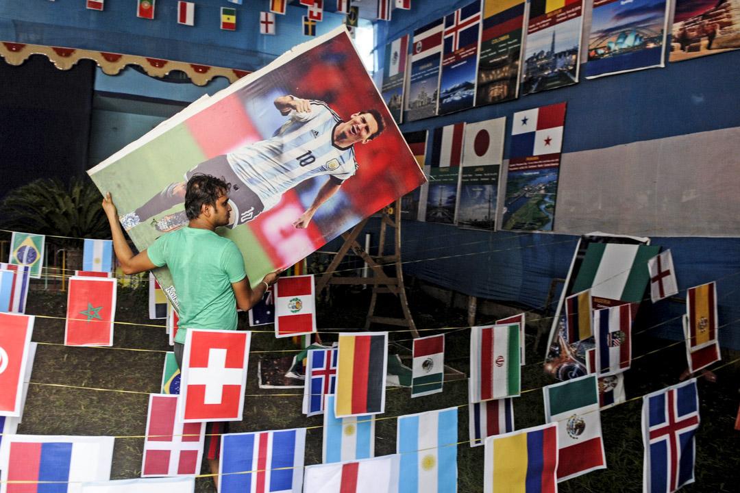 2013年6月13日,印度一個球迷俱樂部的場地上,掛著32個世界盃決賽週球隊國旗,足球運動員的肖像,以慶祝俄羅斯世界盃的來臨。 攝:Samir Jana/Hindustan Times via Getty Images