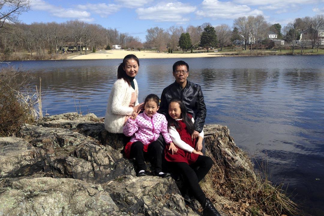 2015年3月,王玲與大女兒終於偷渡成功,一家人在美國團聚,拍下這張難得的全家福。