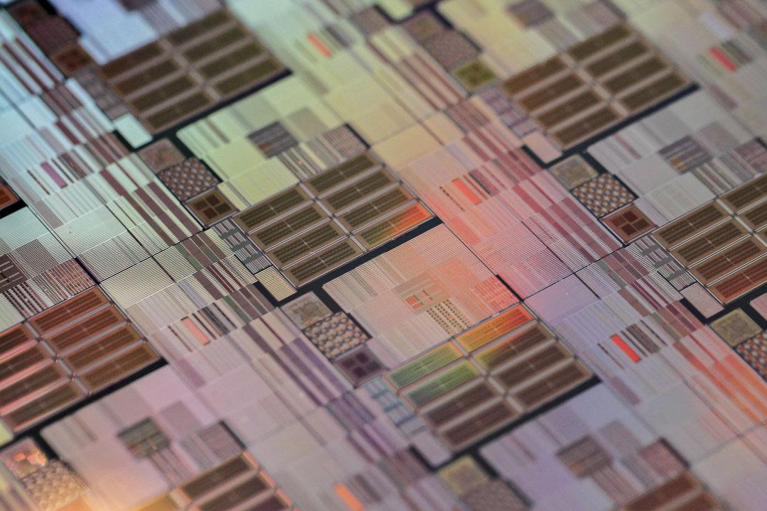 台積電的市值已超過英特爾,在生產技術上與三星、英特爾三足鼎立,穩居世界晶圓代工龍頭。圖為台積電(TSMC)製造的矽晶片。