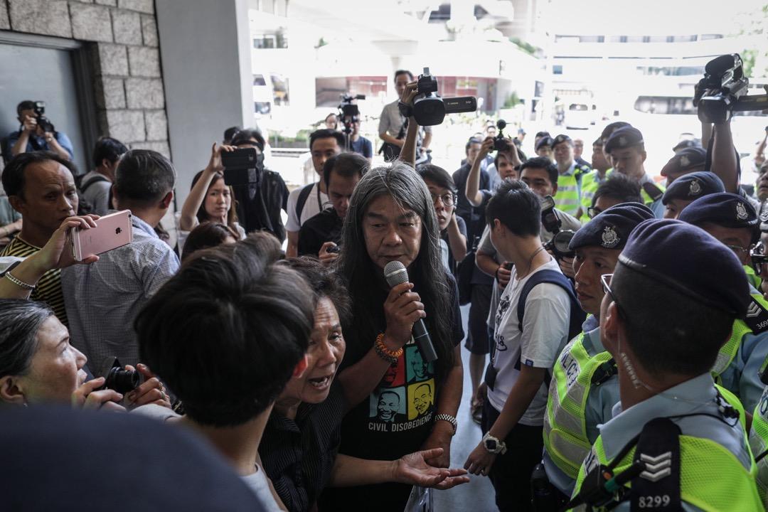 2018年6月11日,高等法院裁定梁天琦亞皆老街暴動罪判囚6年,襲警罪被判囚12個月,兩項控罪同期執行,合共判囚6年。圖為社民連梁國雄到高等法院現場聲援。 攝:Stanley Leung/端傳媒