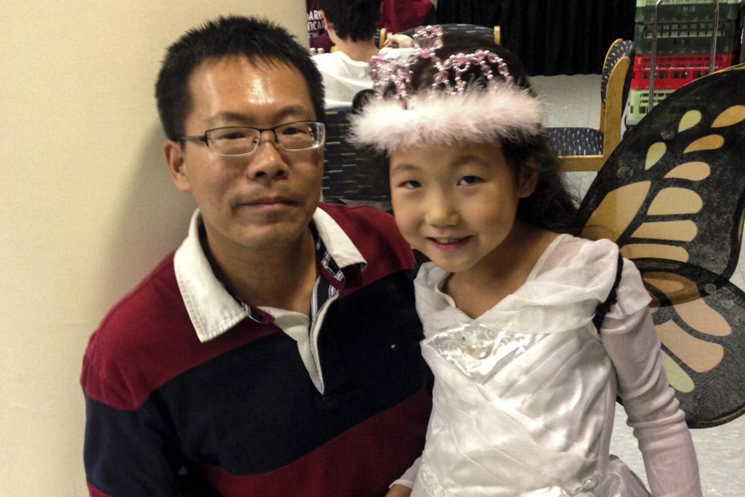 王玲被限制出境後,一家人分離了七個月,當時滕彪帶著女兒在美國,她帶著大女兒在深圳。這經歷對他們的小女兒來說,是個難過和傷心的回憶。圖為剛到美國的滕彪與小女兒。