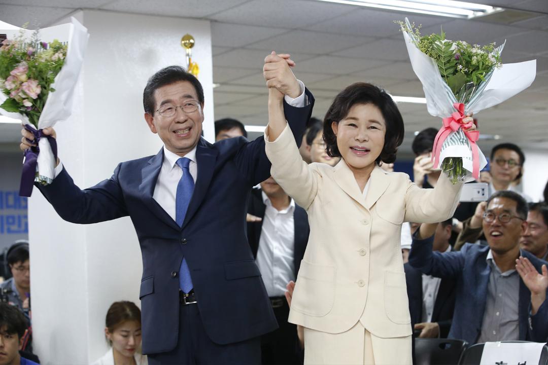 2018年6月13日,南韓首爾市長朴元淳贏得選舉,成為首位連任三屆的首爾市長,與妻子攜手慶祝。 攝:Kim Hee-chul / 東方IC