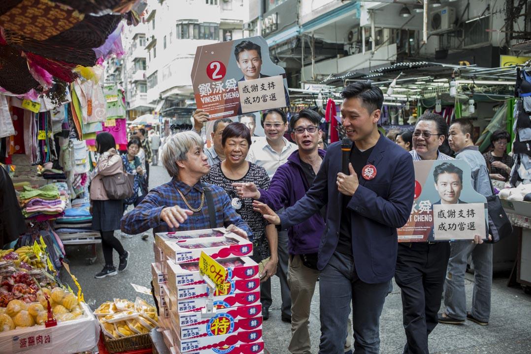 2018年香港立法會補選,鄭泳舜以2,419票的差距擊敗姚松炎,勝出九龍西議席,成功當選。其中在啟晴邨和德朗邨,共比對手姚松炎多1700多票。