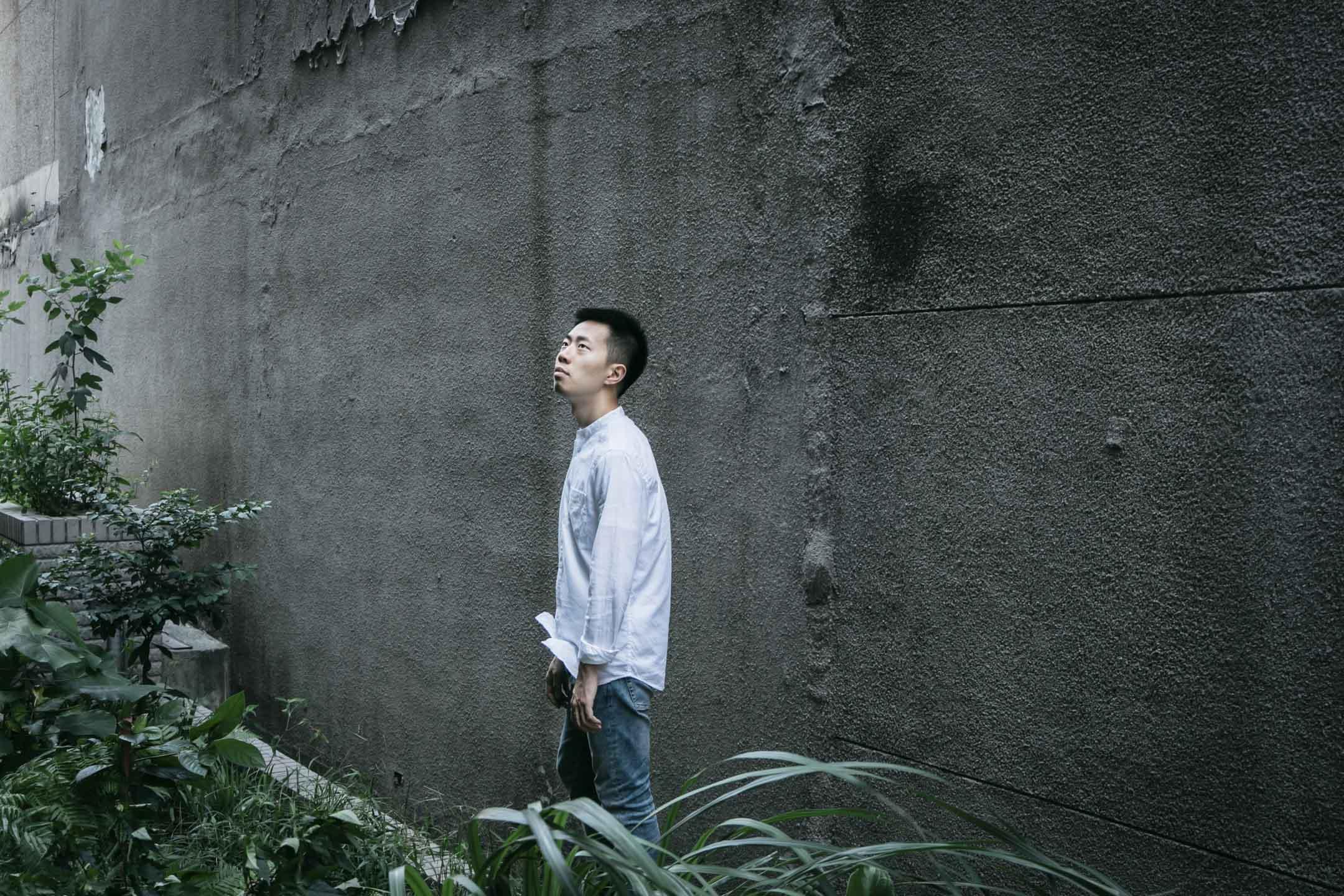 鄭興在揚州出生,在北京讀大學,隨後前往台北念研究生。2017 年 8 月,歷時一年製作,鄭興發行首張創作專輯《忽然有一天,我離開了台北》,並入圍第29屆台灣金曲獎「最佳國語專輯」及「最佳新人」。 攝:汪正翔/端傳媒