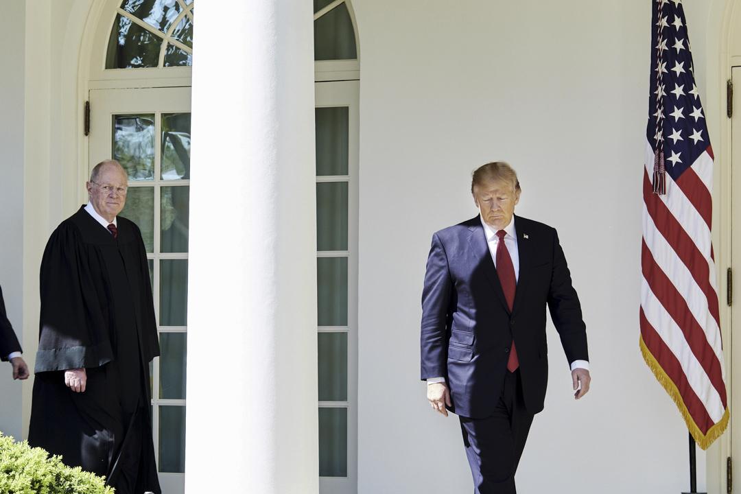 2017年4月10日,白宮玫瑰園,美國最高法院大法官肯尼迪(Anthony Kennedy)與特朗普在戈薩奇(Neil Gorsuch)大法官任命儀式上。 攝:T.J. Kirkpatrick/Bloomberg via Getty Images