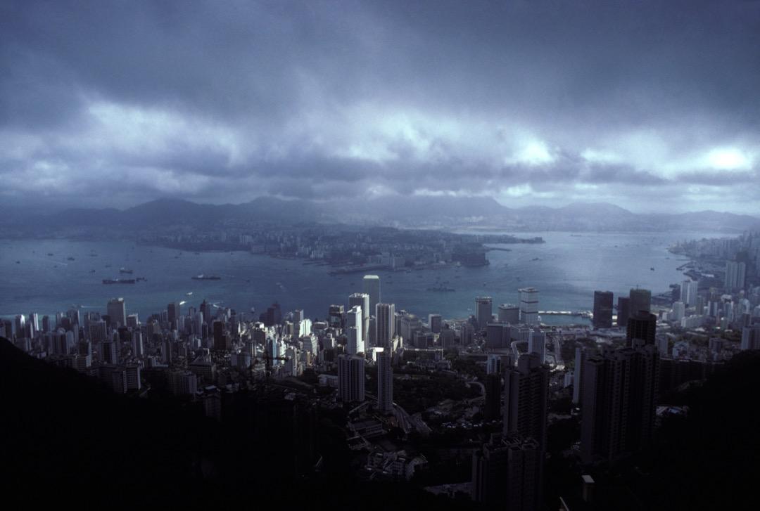 1971年,潘鳴嘯買了一張半年內往返的廉價機票來到了香港,卻沒想到,他再也沒有用上那張返程票。