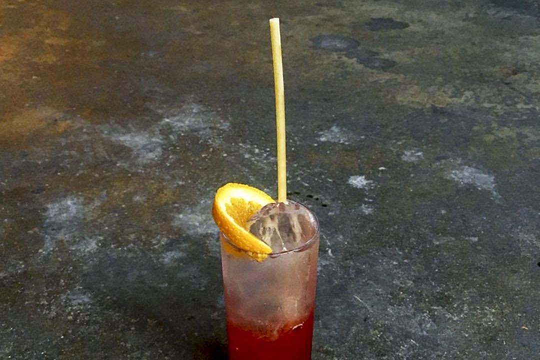 紐約布魯克林一間酒吧,老闆想到以中空的意大利麵作吸管,酒不會因此而變味,而麵制飲管泡在冷飲裏至少要一個半小時才會變軟,老闆還發現:「麪條開始變軟的時候,客人喜吃下去——有時候他們會說再來一根吸管!」 圖片來源:www.fb.com/honeysbrooklyn