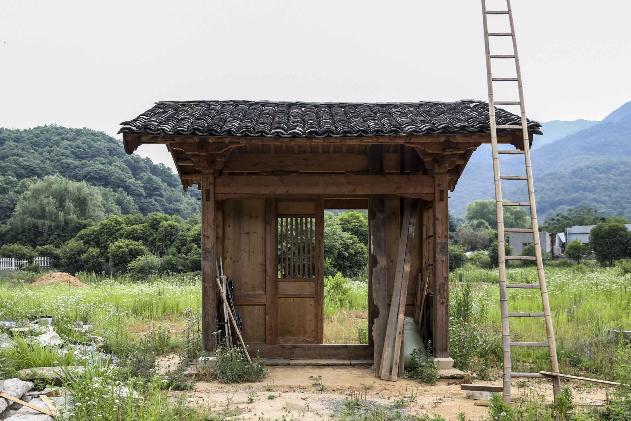 巧匠能搭,就一樣能拆,古老宅院,成了商人眼中的「可移動房產」。圖為杭州靈山大嶺村的古建築修復基地。 攝:劉影/端傳媒