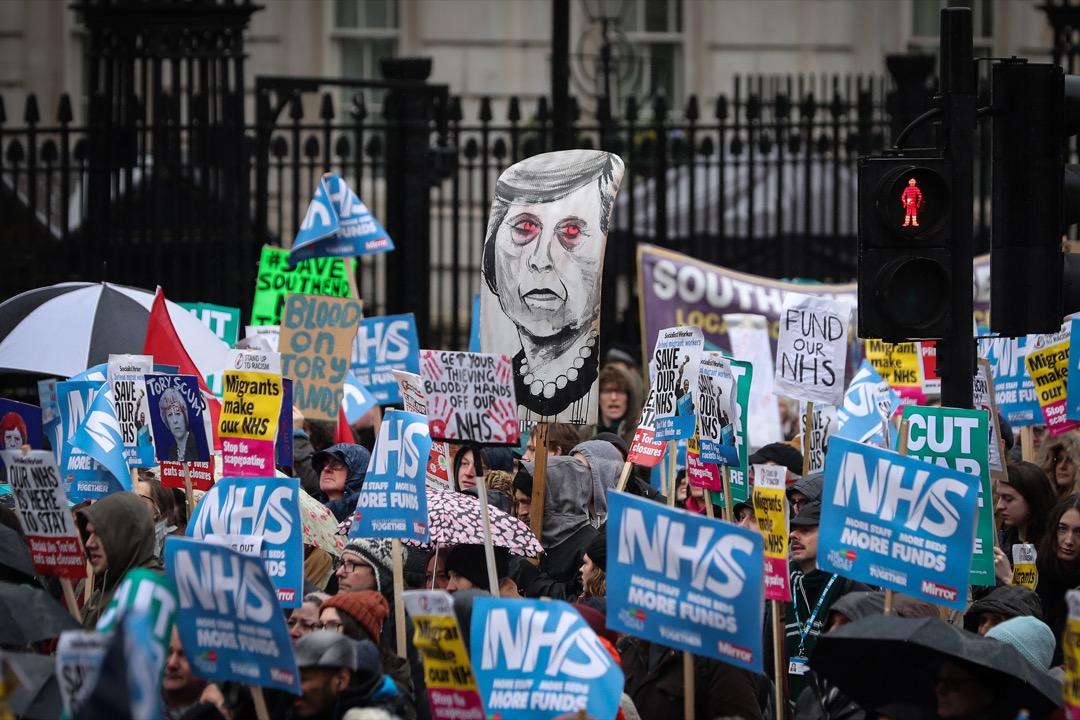 2018年6月17日,英國首相文翠珊承諾要在未來五年內,逐步提升英國國家醫療服務體系NHS所獲得的預算額,更用一個從未被正式使用過的新名詞——「退歐紅利」(Brexit Dividend)——來回答記者關於這筆注資來源的問題。在英國退歐前景仍十分不明晰的當下,退歐真的可以為英國帶來這樣一筆鉅額的紅利嗎? 攝:Daniel Leal-Olivas/AFP/Getty Images