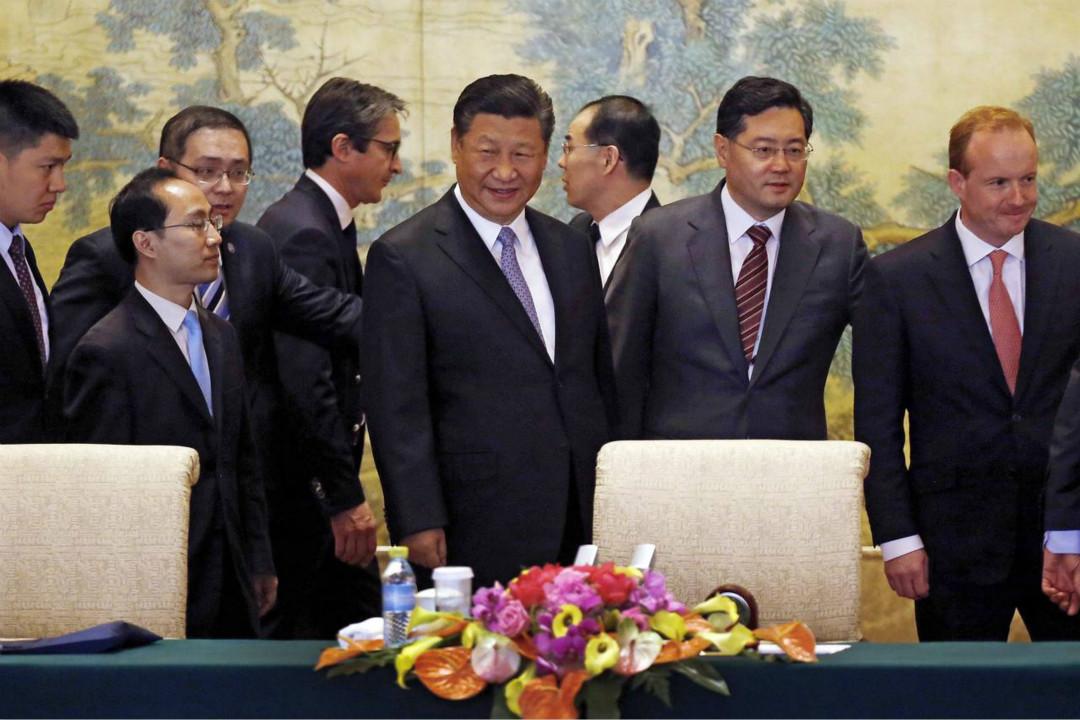 週四,中國國家主席習近平(中)在北京一個全球 CEO 會議上。知情人士透露,習近平對出席會議的歐美跨國公司首席執行長稱,北京將對華盛頓的貿易舉措予以回擊。  攝:ANDY WONG/PRESS POOL