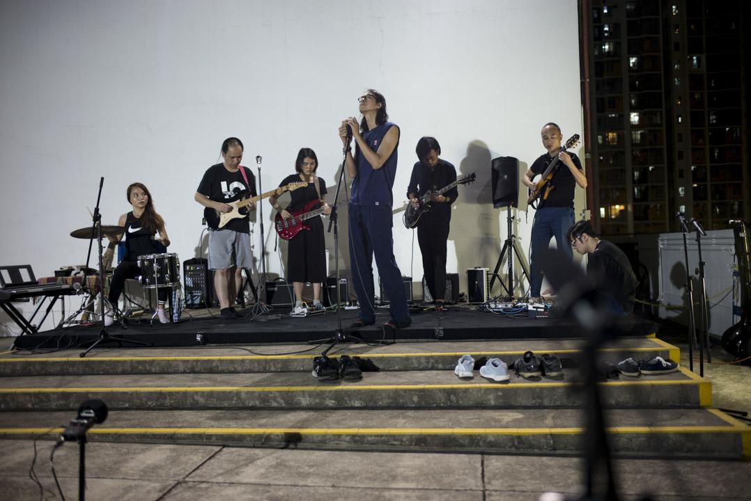 2018年6月3日晚上的「自由文化音樂節」在石硤尾賽馬會創意藝術中心天台發生,而6月4日夜晚維園依舊有一片燭光的海,兩邊對八九六四截然不同的記憶處理與延續,共同有著29年的時間厚度。