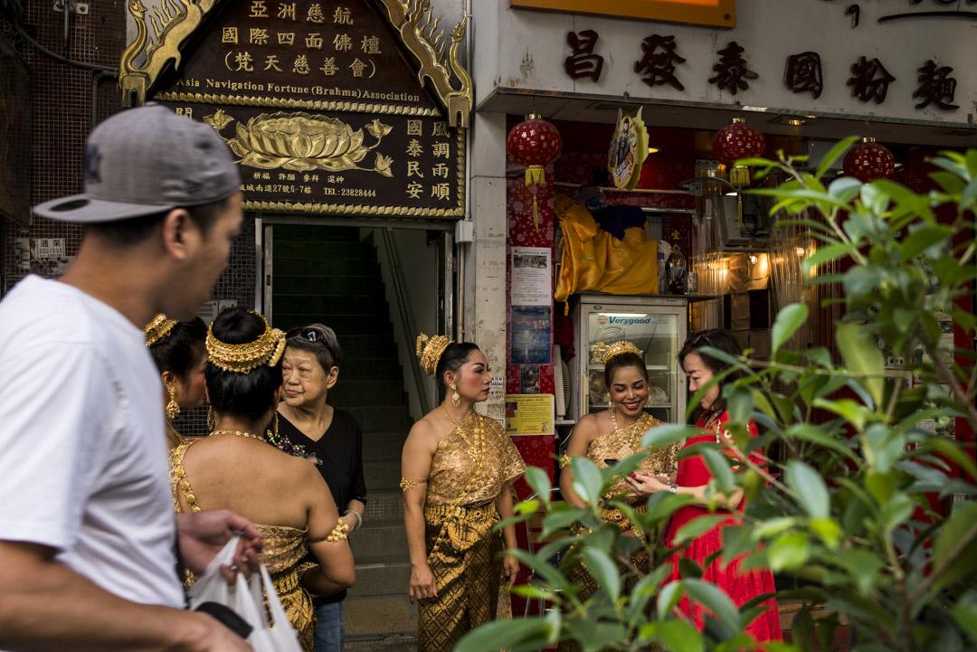 於九龍城聚居的泰國人將不少泰國習俗,包括新年潑水節、和尚布施及拜四面神等帶來香港,為區內帶來另一種氣息,衍生出一種與本土融洽但又獨特的風格。 攝:林振東/端傳媒