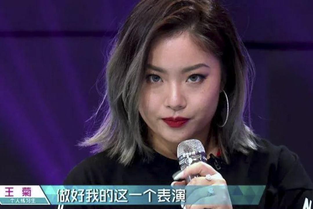 中國女團偶像選秀比賽《創造101》的參賽者王菊,面對大眾對她的外貌批評,王菊回答說,這就是她心中美的標準,她很享受做自己。她的回應態度被網民發現,人氣飆升。 網上圖片