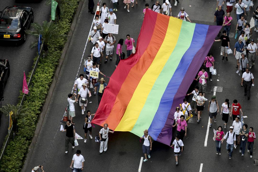 2009年,民陣發起七一遊行,途中有遊行人士拉起一幅巨型的彩虹旗幟,宣揚同志平權。當日雷曼苦主大聯盟亦發起遊行至舊政府總部,途中高呼「曾蔭權下台」和「雷曼未解決」等口號,並在中銀大廈外與警方發生衝突。