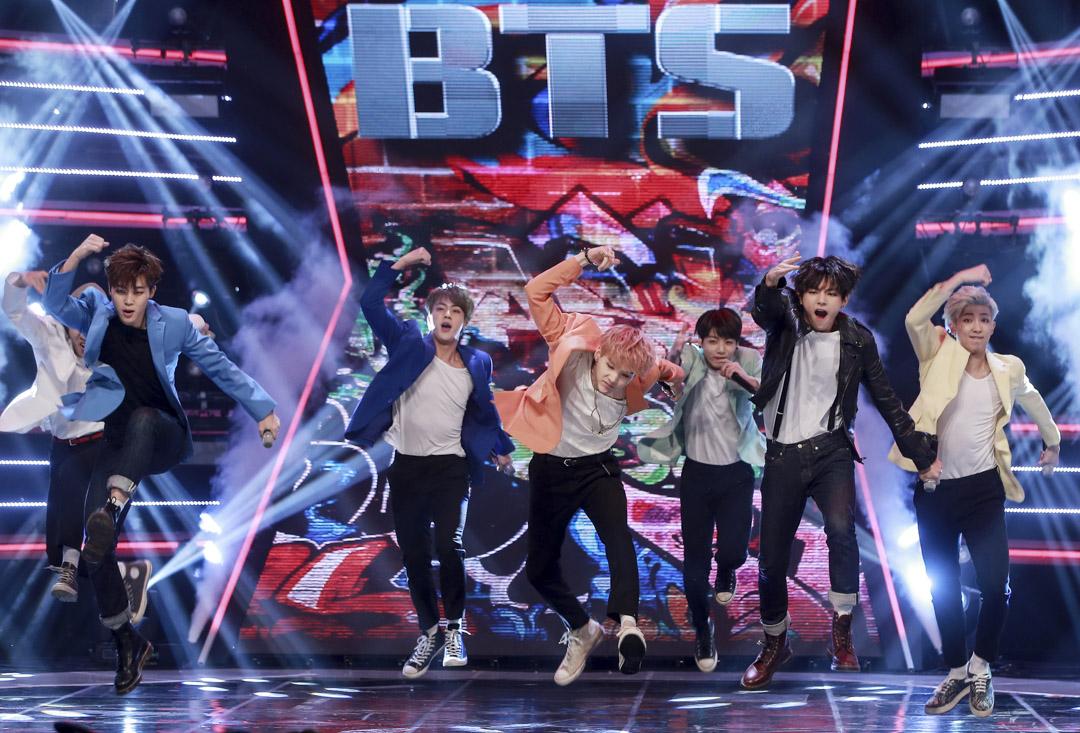 在YouTube上,防彈有2 支MV破 3 億觀看次數,新曲MV在短短4小時55分鐘突破1000萬點擊率,在Twitter上,防彈擁有超過1500萬的追蹤者,居韓國之冠,同時是2017年全球排行榜中轉發提及次數最多的表演組合。圖為2015年5月6日,首爾,防彈少年團在MBC音樂節目《Show Champion》現場。   攝:Imagine China