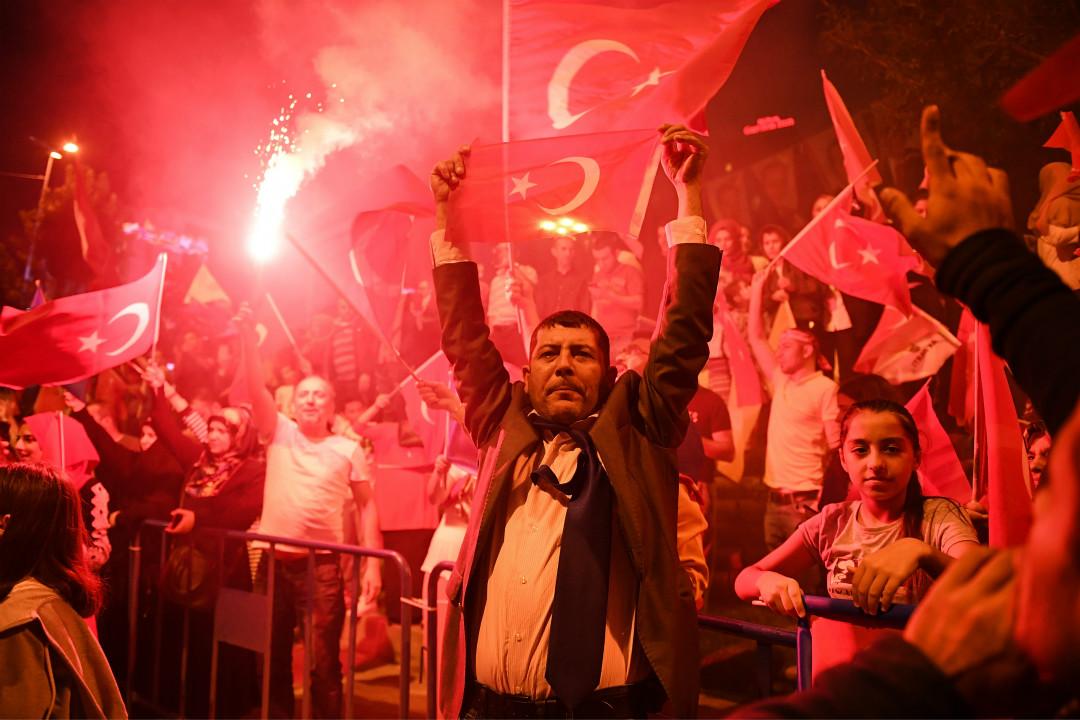 2018年6月24日,伊斯坦堡,土耳其總統埃爾多安的支持者上街慶祝埃爾多安宣告獲勝。 攝:Jeff J Mitchell/Getty Images
