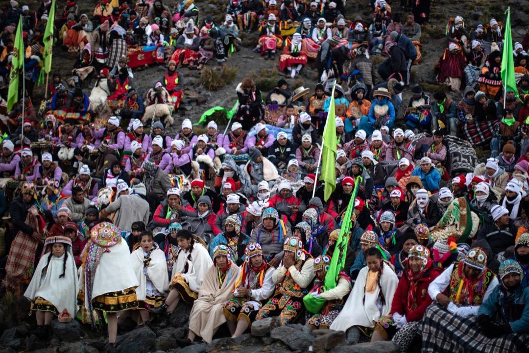 參與雪星節的教派代表於山腰聚集。
