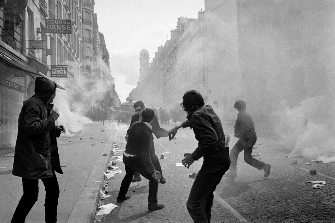 潘鳴嘯:10號那天,我剛到拉丁區的時候,天還亮着,當時氣氛很好。後來就有人開始撬地上的鋪路石,我本來反對的,可是後來警車朝我們衝過來了,人群開始憤怒,朝着警車扔石頭。我也扔了。