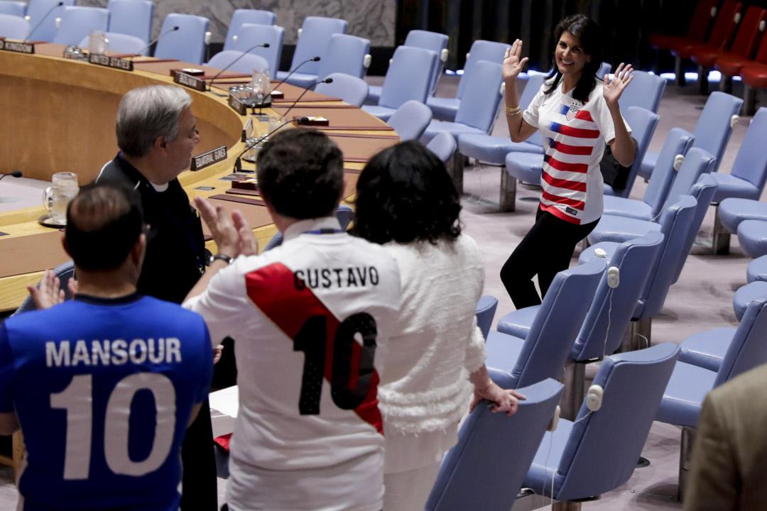 2018年6月19日,美國駐聯合國特使海莉(Nikki Haley)和國務卿蓬佩奧(Mike Pompeo)在華盛頓舉行記者會,宣布美國退出聯合國人權理事會。  圖為6月14日,世界盃期間,海莉與各國大使在安理會議事廳內踢足球。 攝:Luiz Rampelotto/NurPhoto via Getty Images