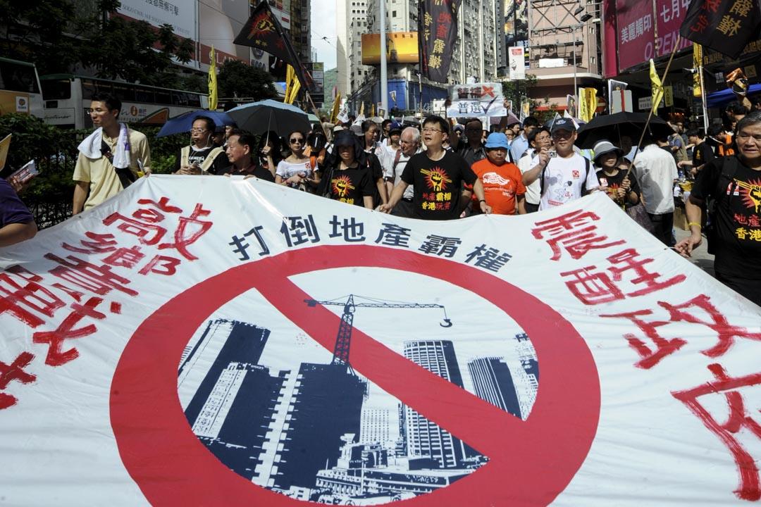 2011年,民陣指七一遊行約有21萬人參與,除了大會訂立「還我2012雙普選 打倒地產霸權 曾蔭權下台」的遊行主題外,遊行人士亦反對港府提出的立法會遞補機制。