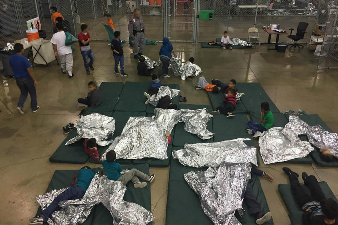 2018年6月18日,美國媒體報導在德克薩斯州的邊境接納中心,非法移民的孩子被強制與父母分開,並被集體關進鐵籠安置。 攝:Imagine China