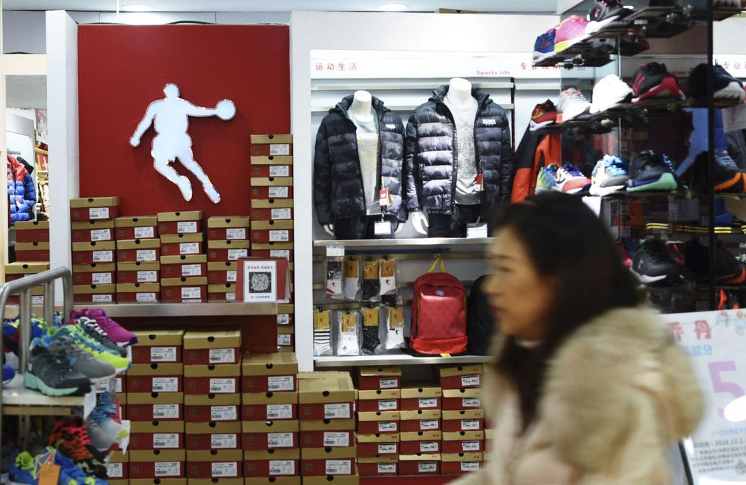 NBA退役球星米高佐敦(Michael Jordan)就控告內地運動品牌「喬丹體育」涉嫌侵犯其姓名權案,於2016年在最高人民法院上訴得直。圖為杭州的喬丹專賣店。