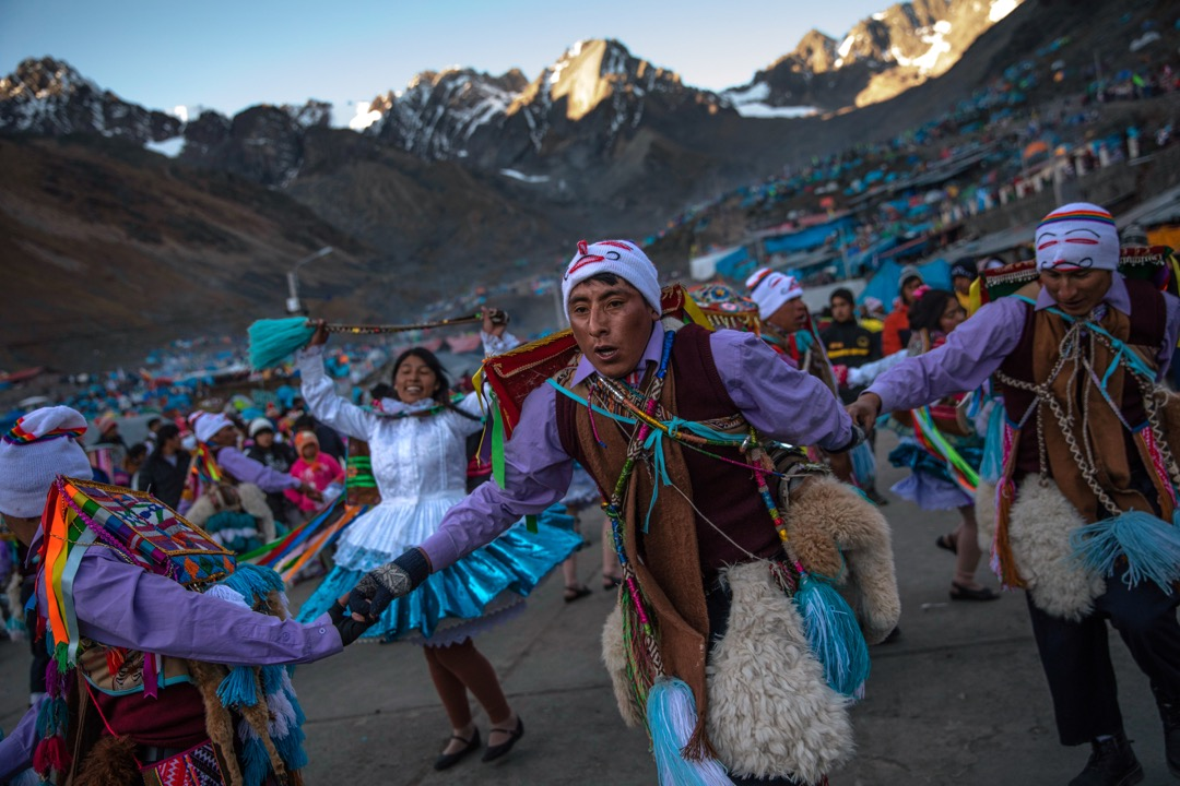 一名身穿傳統服飾的舞蹈員,在雪星節的第一天跳舞表演。