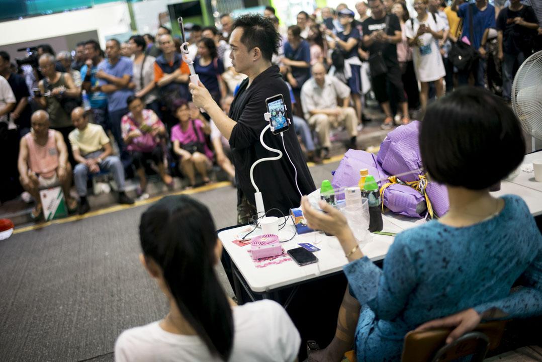 小龍女休息時,會用內地直播app 「快手」與觀眾聊些生活小事。她的快手帳號是「香港旺角小龍女」,粉絲近一百萬人。