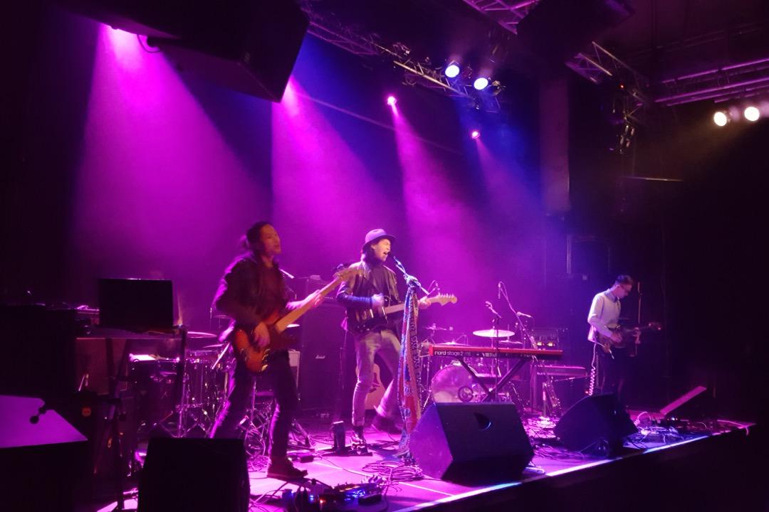 Adrian Lo 與樂隊在慕尼黑表演。