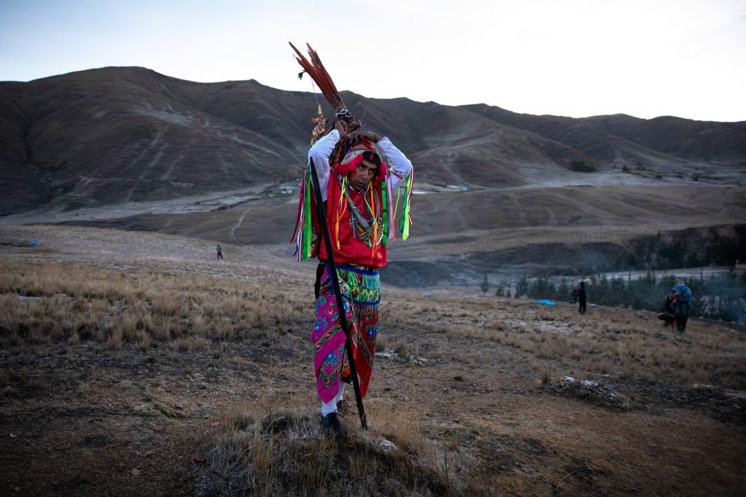 雪星節的最後一天,有參加者穿起傳統服裝等待日出的一刻。