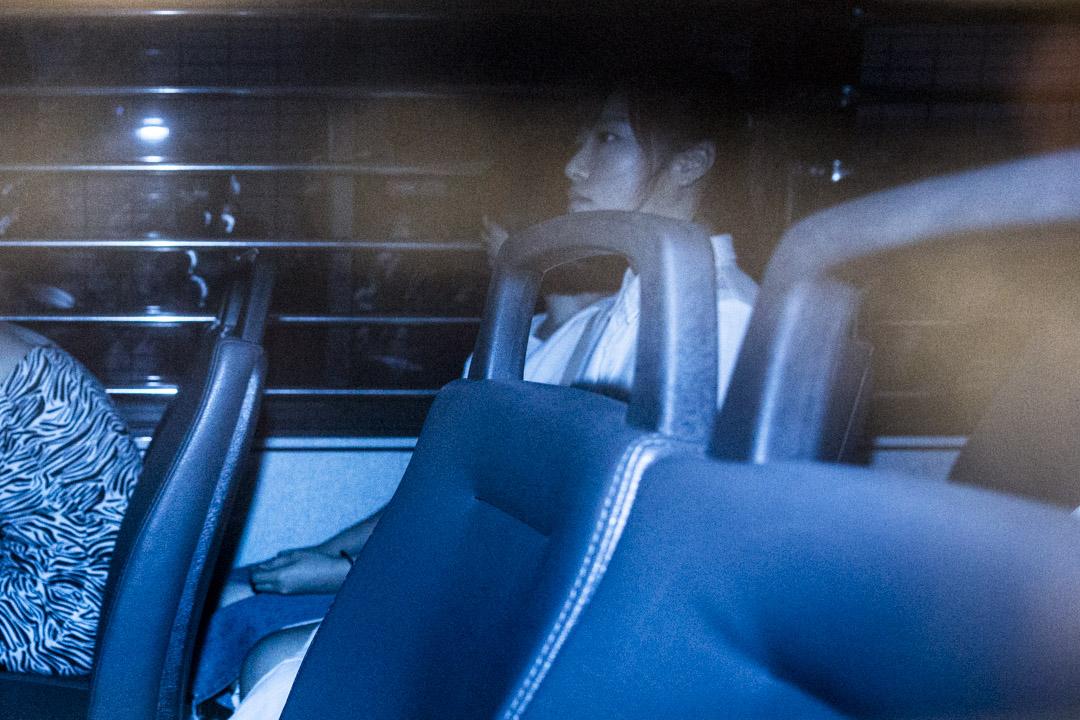 香港「青年新政」前立法會議員梁頌恆、游蕙禎等人被裁定非法集結罪成,分別被判囚四週。圖為放棄上訴的游蕙禎今午由囚車押送離開法院。 攝:林振東/端傳媒