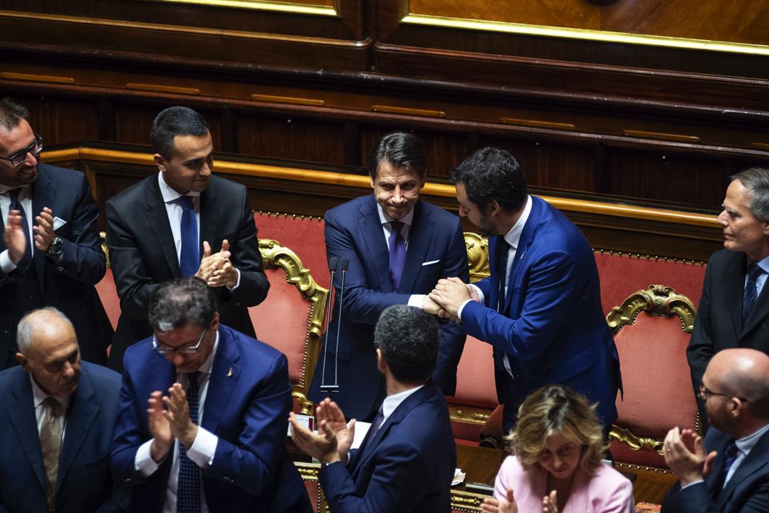 2018年6月5日,朱塞佩·孔特(Giuseppe Conte)在參議院信任投票前的講話。分坐其左右的正是來自組閣兩黨的兩位副總理——五星運動(M5S)領導人迪馬約(Luigi Di Maio)和聯盟黨(Lega)主席薩爾維尼(Matteo Salvini)。 攝:Antonio Masiello/Getty Images