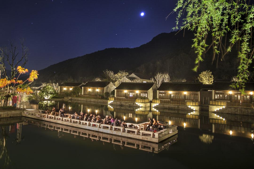 「蘭亭安麓」高級酒店位於紹興會稽山,是這座山中最多人光顧的地方,它的噱頭在於,酒店的每一棟建築都是由安徽的徽州移建過來的明清徽派古宅。