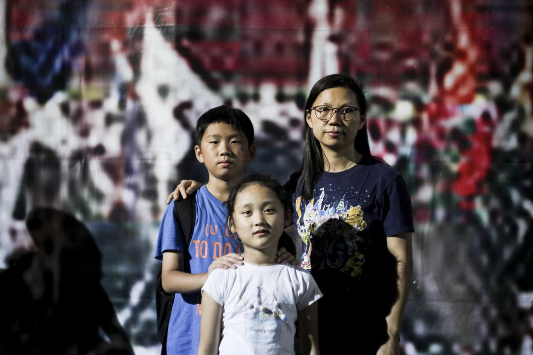 黃太,38歲,和子女一同參與集會。