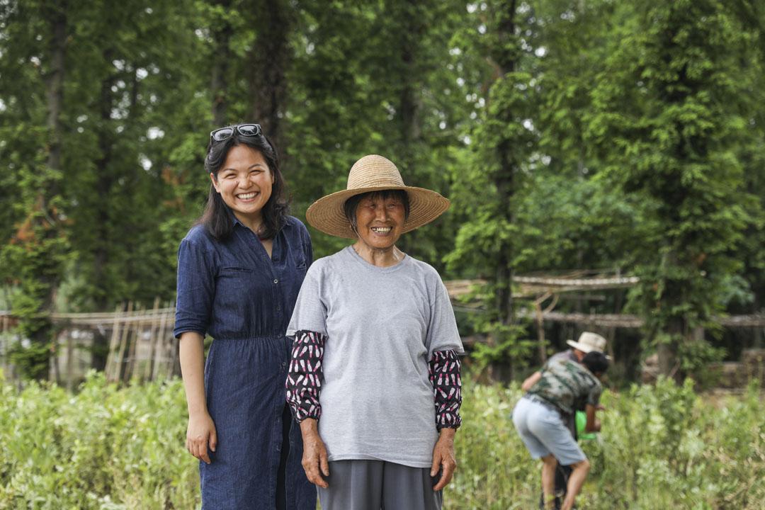 上海澱山湖社區的策展人陳文玉在藝術社區和村民的合影。
