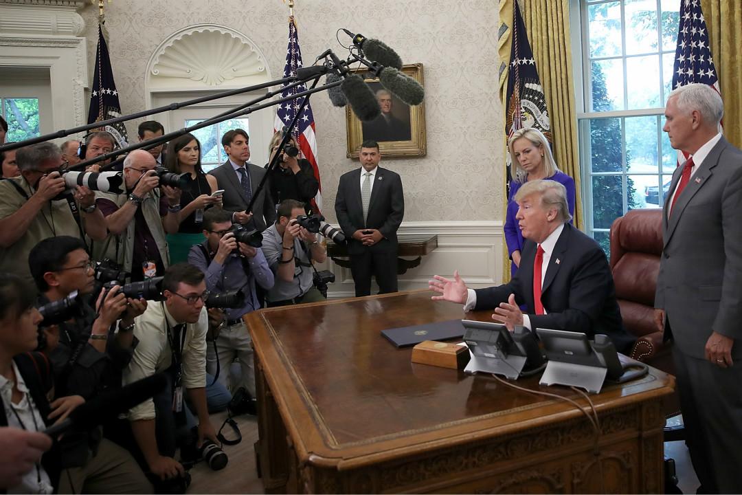 2018年6月20日,美國總統特朗普簽署政令,停止邊境機構拆散非法入境的移民家庭。 攝:Win McNamee/Getty Images